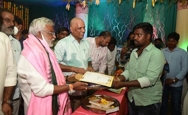 TTD chief gifts mangalasutrams to newly-wed couples