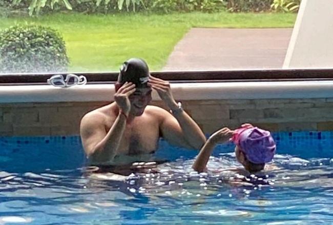 Pic Talk: Mahesh Babu Goes Shirtless In Pool