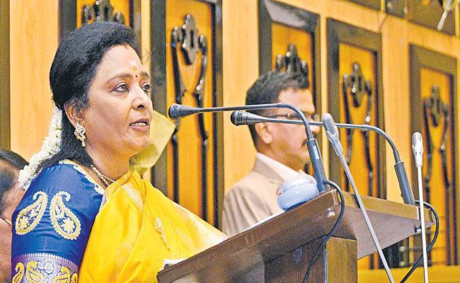 KCR averts embarrassment to Tamilisai