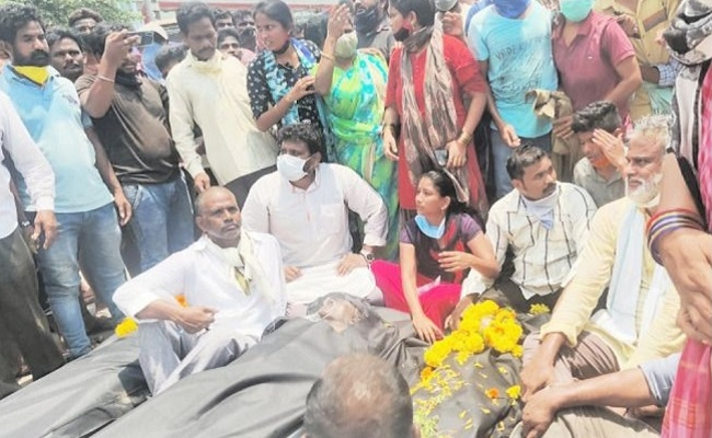 Vizag: Gas victims protest at plant with dead bodies