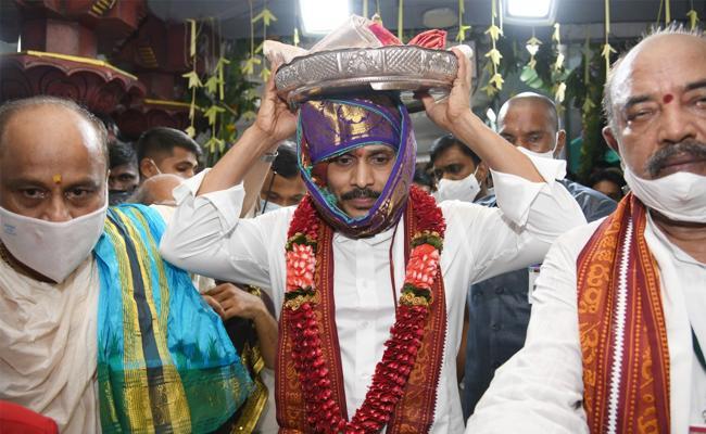 Jagan Presents Silk Robes To Goddess Kanaka Durga