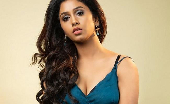 Pics: Glam Dose Of New Actress Dakkshi
