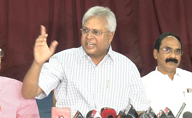 Vundavalli wants live telecast of Jagan's trial