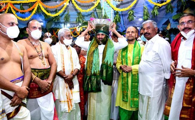 Jagan offers silk cloths to Lord Venkateswara at Tirumala