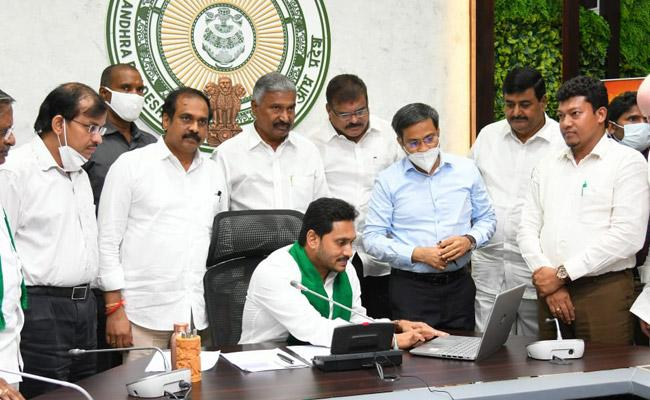 Jagan launches scheme to drill 2 lakh free borewells