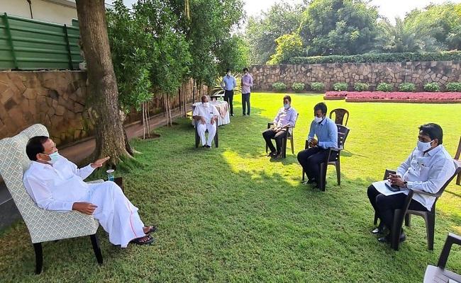 Vizag YSRC leaders had secret meeting with Venkaiah?