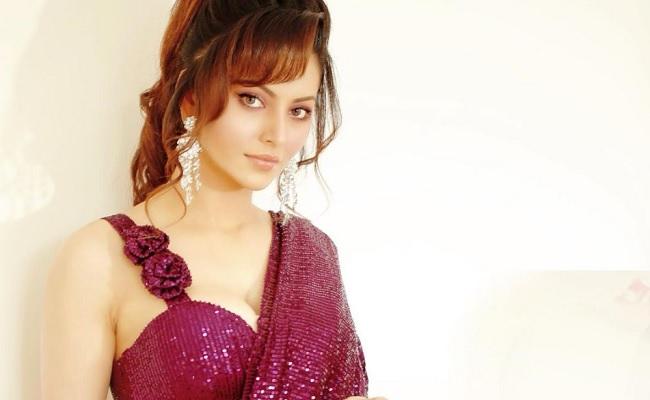 Photo Alert: Urvashi Sizzles In Sari