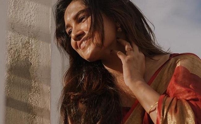 Gallery: Talented Actress Sensuous In Saree