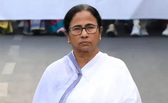 Samosa Gives Energy To Mamata Benarjee!